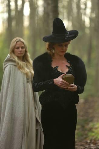 Zelena le quita el objeto a Emma pero sólo nos fijamos en el escote